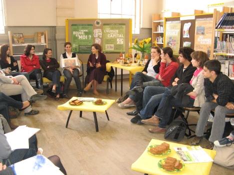 Soeur Cécile et les élèves de TL/ES2 au CDI